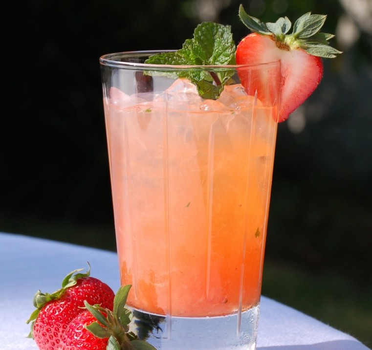 Give yourself a whole new level of mojo with this lovely summer libation